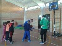 Practicando baloncesto