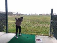 Tiro largo en la escuela de golf